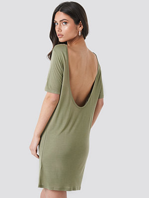 NA-KD Deep Back Viscose Dress grön