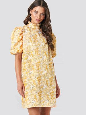 Emilie Briting x NA-KD Puff Sleeve Mini Dress gul