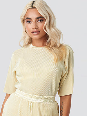 NA-KD Pleated Short Sleeve Top nude