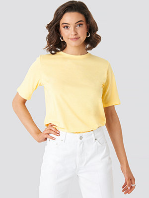 NA-KD Basic High Round Neck Tee gul