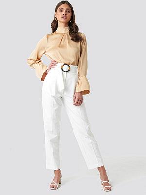 NA-KD Classic vita byxor Asymmetric Belted Suit Pants vit