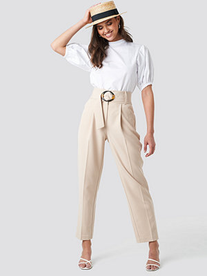 NA-KD Classic omönstrade byxor Asymmetric Belted Suit Pants beige