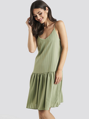 NA-KD Bottom Flounce Striped Dress grön