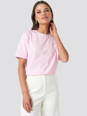 Emilie Briting x NA-KD Lady Print T-shirt rosa