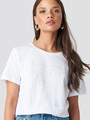 T-shirts - NA-KD Flower Print Tee vit