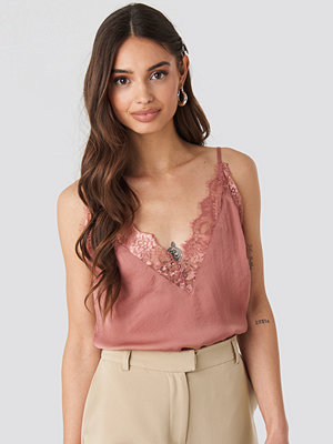 NA-KD Party Deep Front Lace Singlet rosa