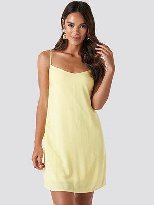 NA-KD Strap Mini Dress gul