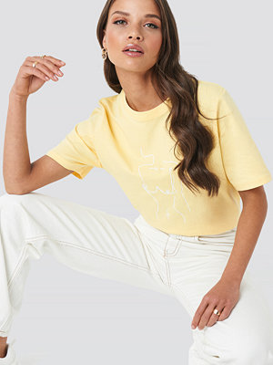 Emilie Briting x NA-KD Lady Print T-shirt gul