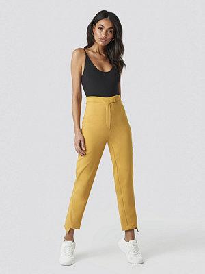 Hoss x NA-KD gula byxor Asymmetrical Hem Suit Pants gul