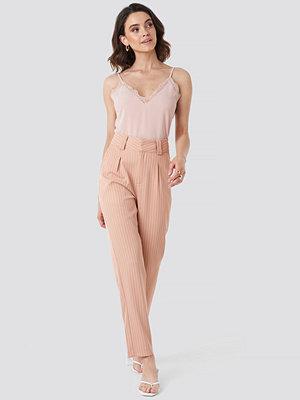 NA-KD Classic persikofärgade randiga byxor Pinstriped Cigarette Pants rosa