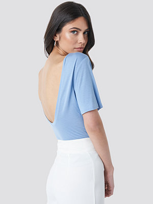 NA-KD Viscose Deep Back Tee blå