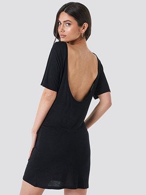 NA-KD Deep Back Viscose Dress svart
