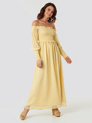 NA-KD Trend Off Shoulder Smock Chiffon Dress gul