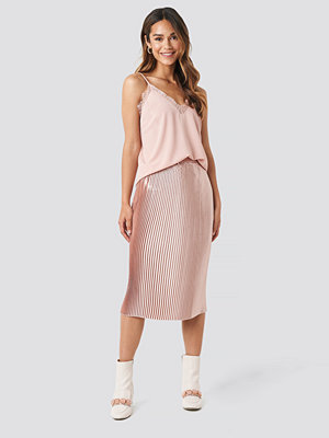 NA-KD Trend Shiny Pleated Skirt rosa