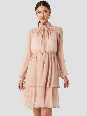 NA-KD Boho High Frill Neck Dress rosa