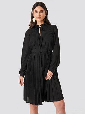 NA-KD Trend Tied Waist Pleated Skirt Dress svart