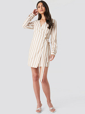 NA-KD Wrap Over Striped Dress vit beige