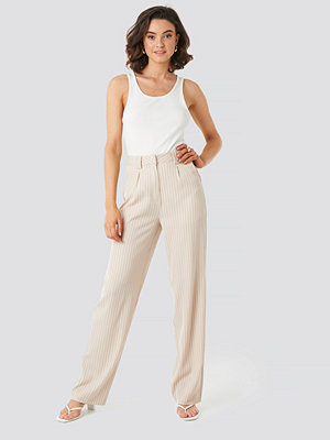 NA-KD Classic omönstrade byxor Flared Striped Pants beige