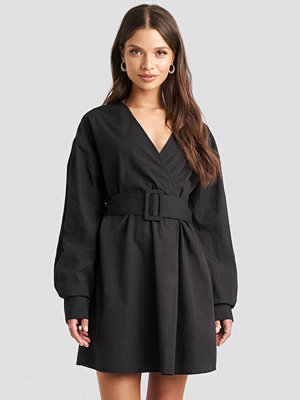 Julia Wieniawa x NA-KD Belted Long Sleeve Shirt Dress svart