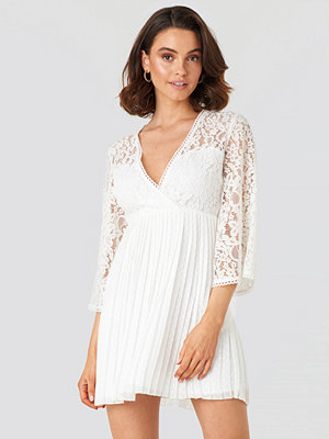 Queen of Jetlags x NA-KD V-neck Dotted Chiffon Lace Dress vit