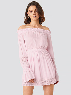 Queen of Jetlags x NA-KD Off Shoulder Lace Detail Frill Dress rosa