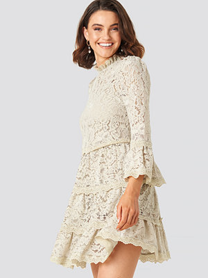 Queen of Jetlags x NA-KD High Neck A-lined Lace Dress beige