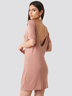 NA-KD Deep Back Viscose Dress rosa