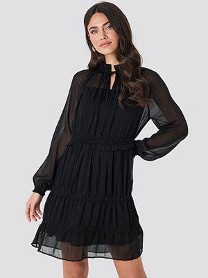 NA-KD Boho Frill V-Neck Chiffon Mini Dress svart