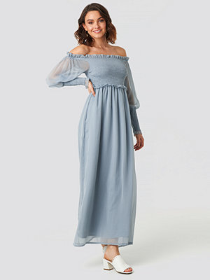 NA-KD Trend Off Shoulder Smock Chiffon Dress blå
