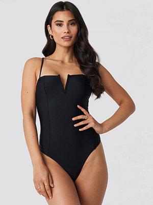 Hannalicious x NA-KD V-Shape Front Seam Swimsuit svart