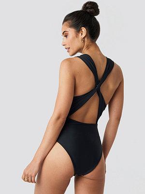 Hannalicious x NA-KD Wide Straps Cross Back Swimsuit svart