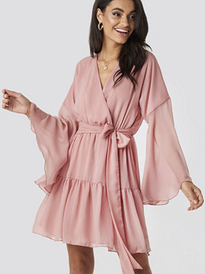 Kae Sutherland x NA-KD Wide Sleeve Mini Dress rosa