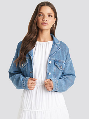 Julia Wieniawa x NA-KD Cropped Raw Edge Denim Jacket blå