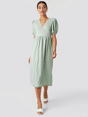 NA-KD Trend Structured Overlap Midi Dress grön