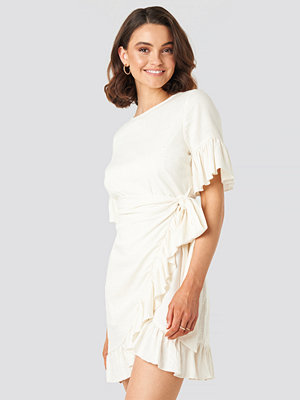 Queen of Jetlags x NA-KD Linen Mix Frill Detailed Dress vit