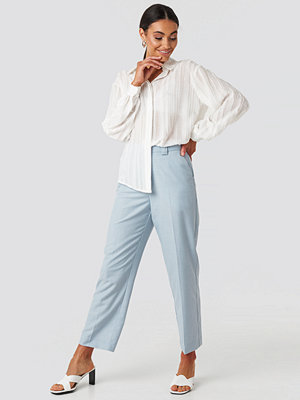 NA-KD Classic ljusgrå byxor Tailored Mid Rise Suit Pants blå