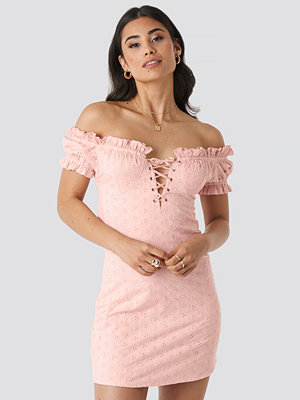 Adorable Caro x NA-KD Off Shoulder Lacing Cup Dress rosa