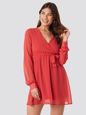 NA-KD Chiffon Wrap Mini Dress röd