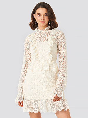 Queen of Jetlags x NA-KD Frill Detailed Mini Lace Dress vit