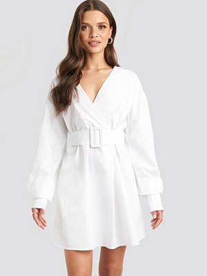 Julia Wieniawa x NA-KD Belted Long Sleeve Shirt Dress vit