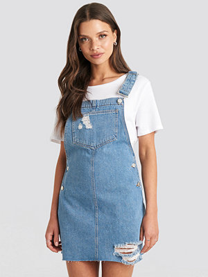 Julia Wieniawa x NA-KD Raw Hem Mini Dungaree blå