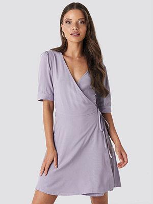 NA-KD Wrap Puff Sleeve Mini Dress lila