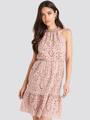NA-KD Boho High Neck Anglaise Dress rosa