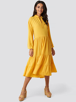 NA-KD Boho Tiered Detail Balloon Sleeve Dress gul