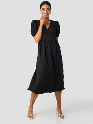 NA-KD Trend Structured Overlap Midi Dress svart