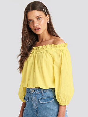 Julia Wieniawa x NA-KD Off Shoulder Puffy Sleeve Cropped Top gul