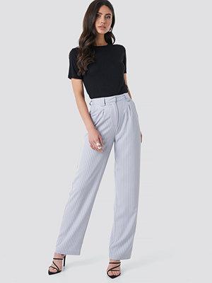 NA-KD Classic ljusgrå randiga byxor Flared Striped Pants blå