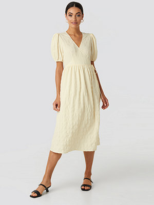 NA-KD Trend Structured Overlap Midi Dress vit