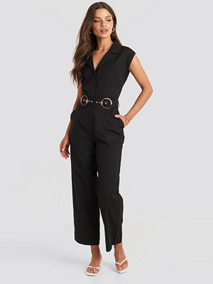 Julia Wieniawa x NA-KD Belted Front Pocket Jumpsuit svart