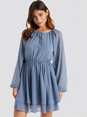 NA-KD Flounce Chiffon Dress blå